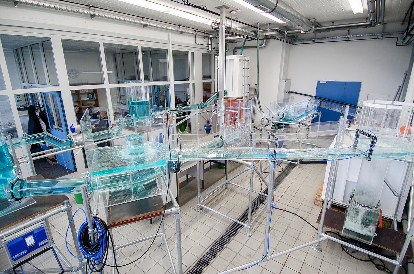 Kanalisationsmodell aus Plexiglas mit Glasfaserkabel