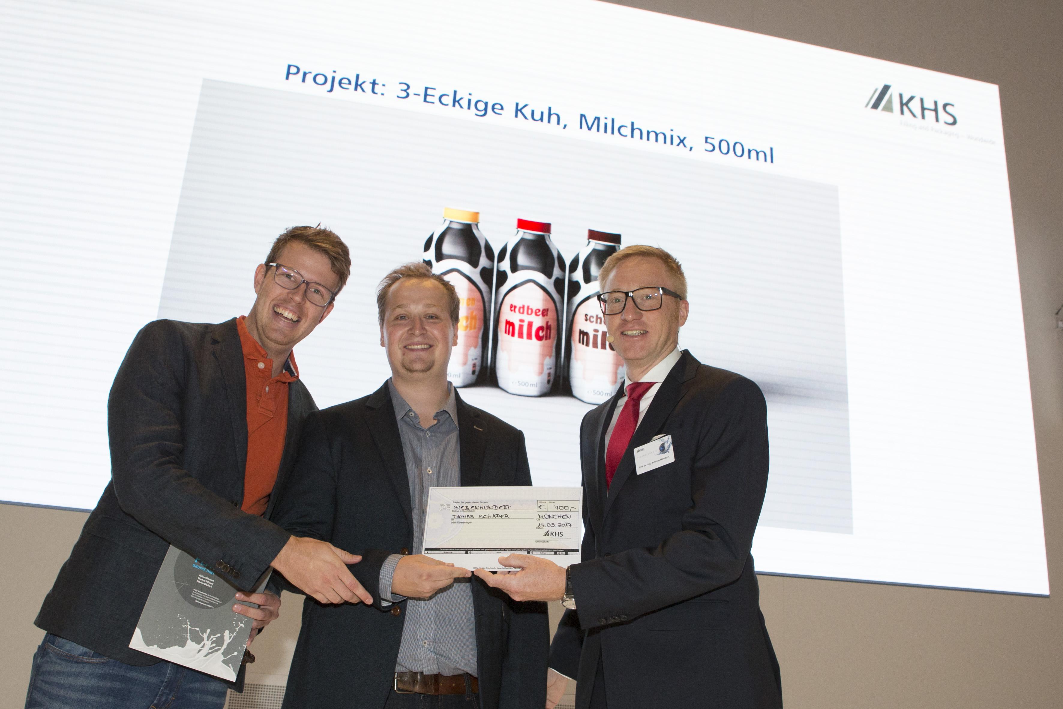 Robin Kämereit und Thomas Schäper erhalten Scheck von Prof. Dr. Matthias Niemeyer