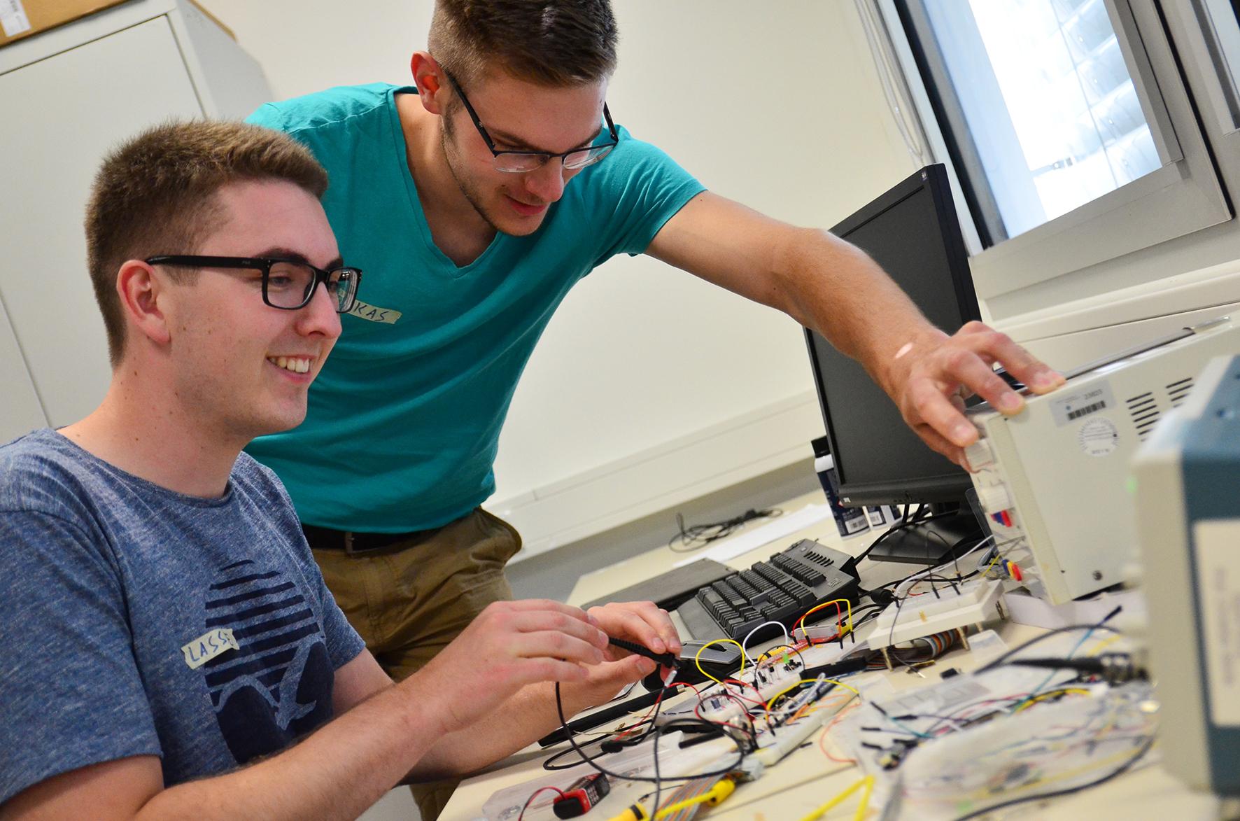 Gercken und Dülberg arbeiten am Computer mit Elektrotechnik