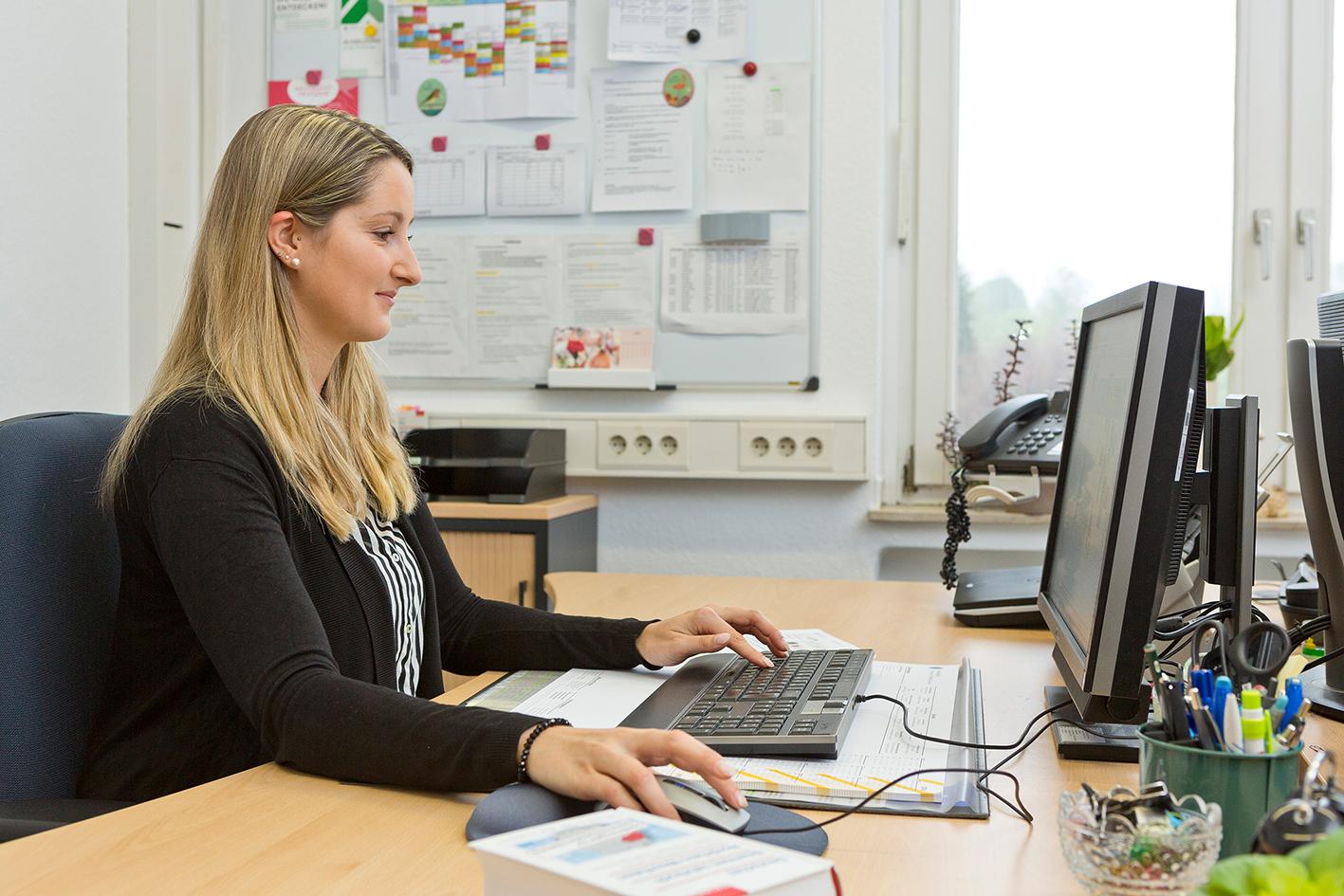 Katharina Erkens an ihrem Arbeitsplatz