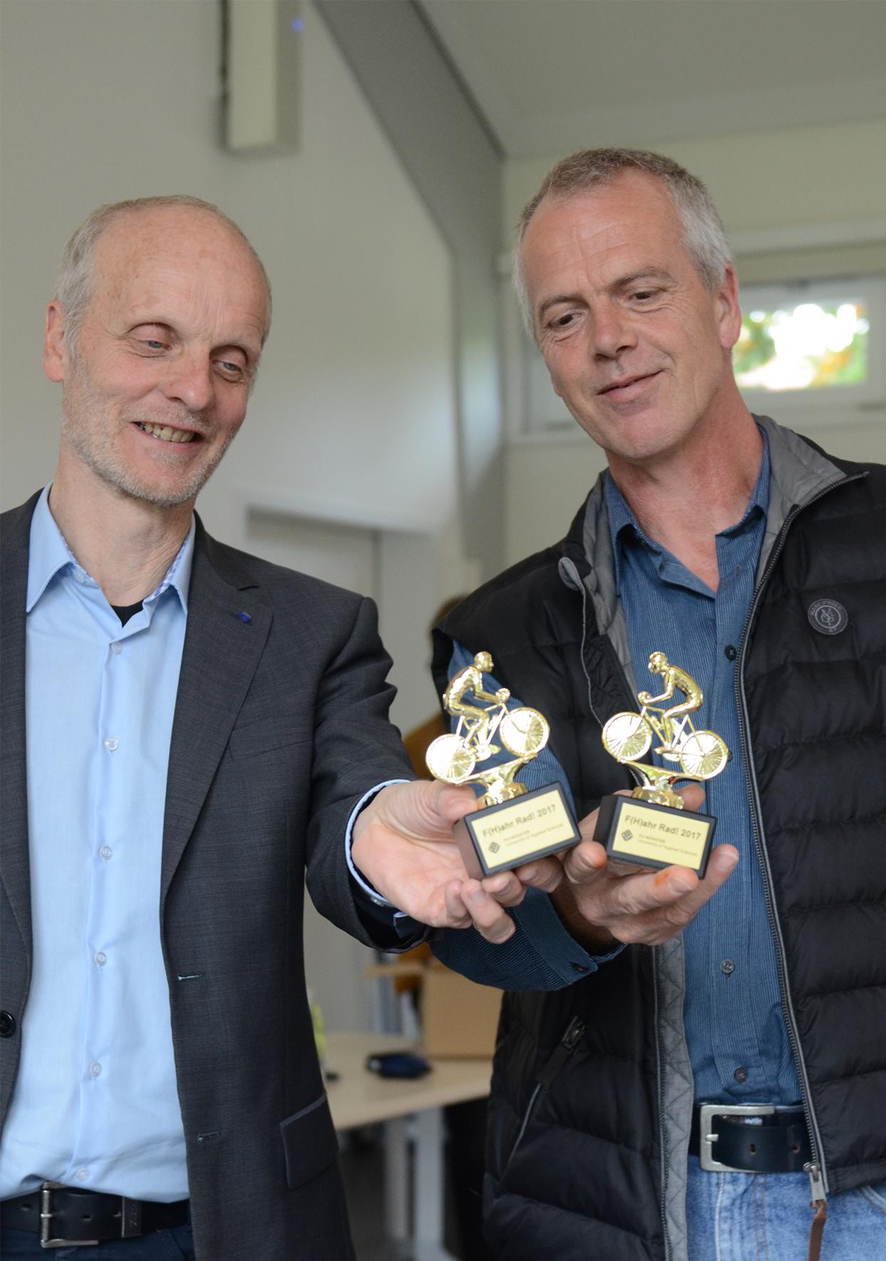 Otfried Berges Prof. Dr. Jürgen Nonhoff mit Fahrrad-Pokalen