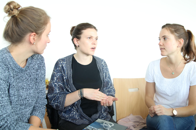 Studierende der FH Münster arbeiten in einem Seminar zusammen.