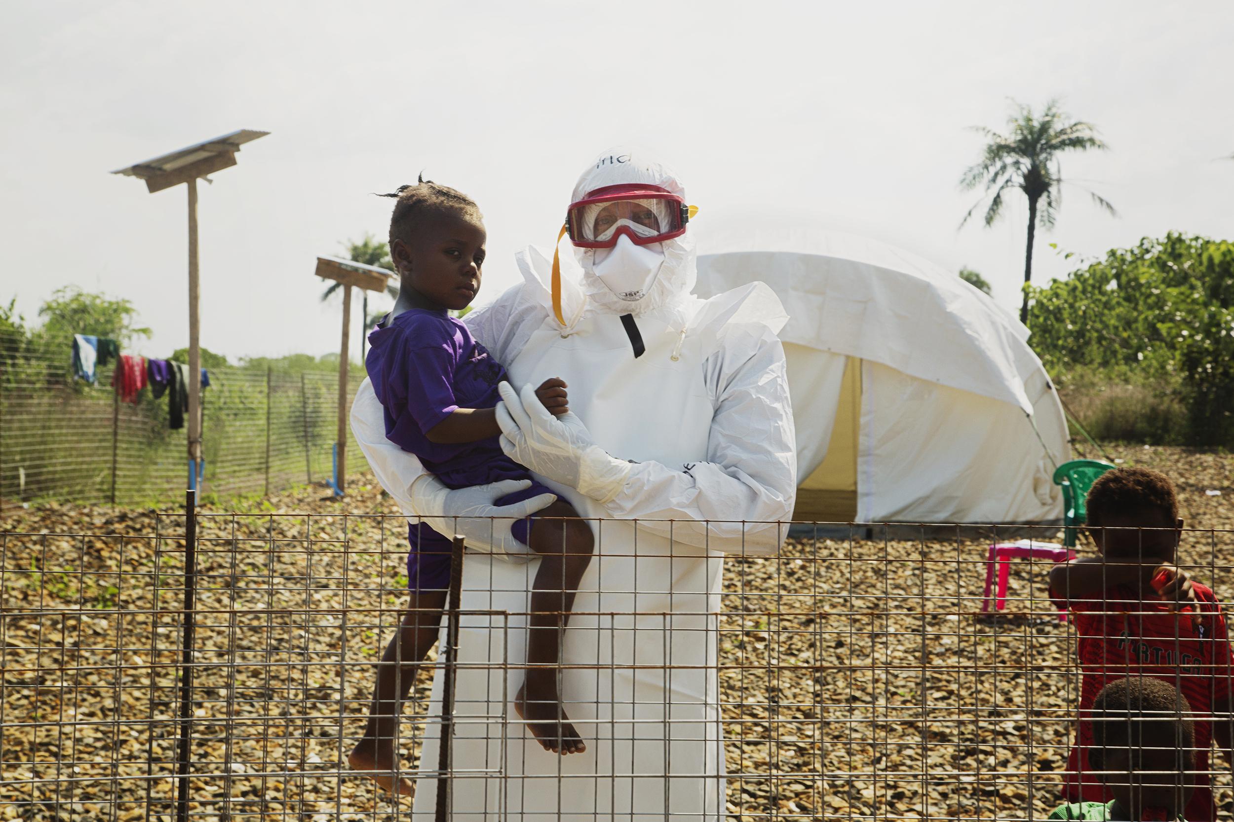 Prof. Dr. Joachim Gardemann bei seinem Einsatz gegen Ebola im Jahr 2014