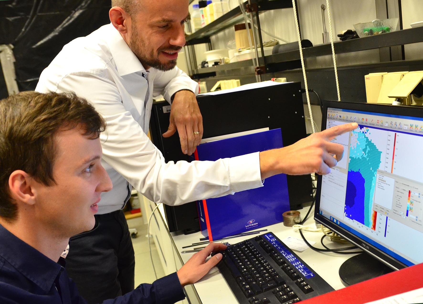 Prof. Dr. Peter Vennemann und Benjamin Schierenbeck vor Monitor mit Vektorgrafik