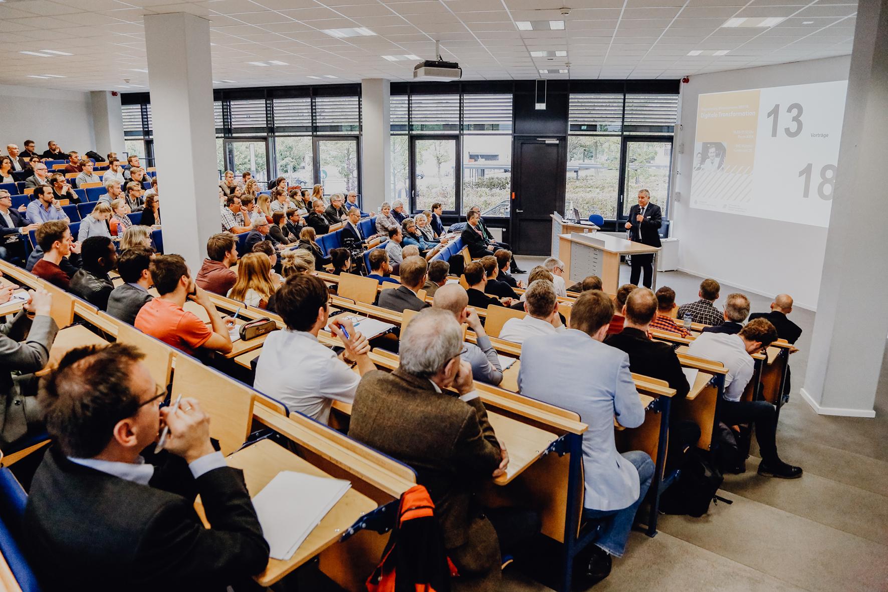 """Voller Vorlesungssaal zur Auftaktveranstaltung der Ringvorlesung """"Digitale Transformation"""""""