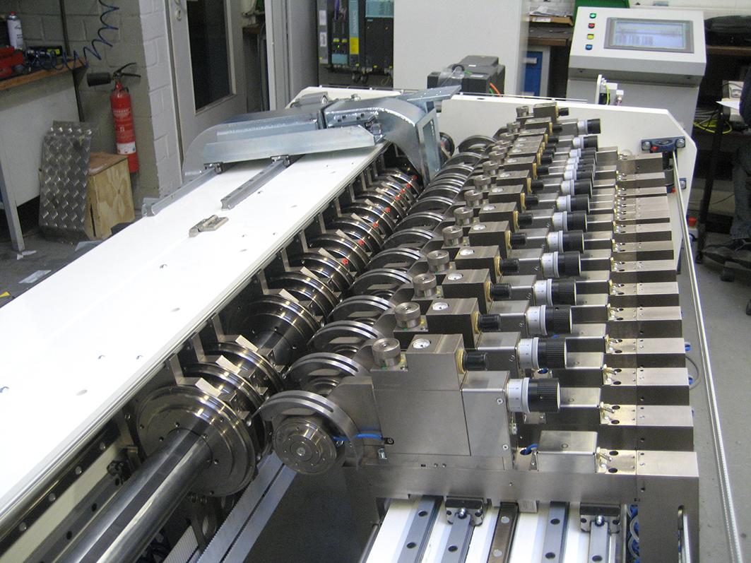 Papierschneideanlage mit runden Messern