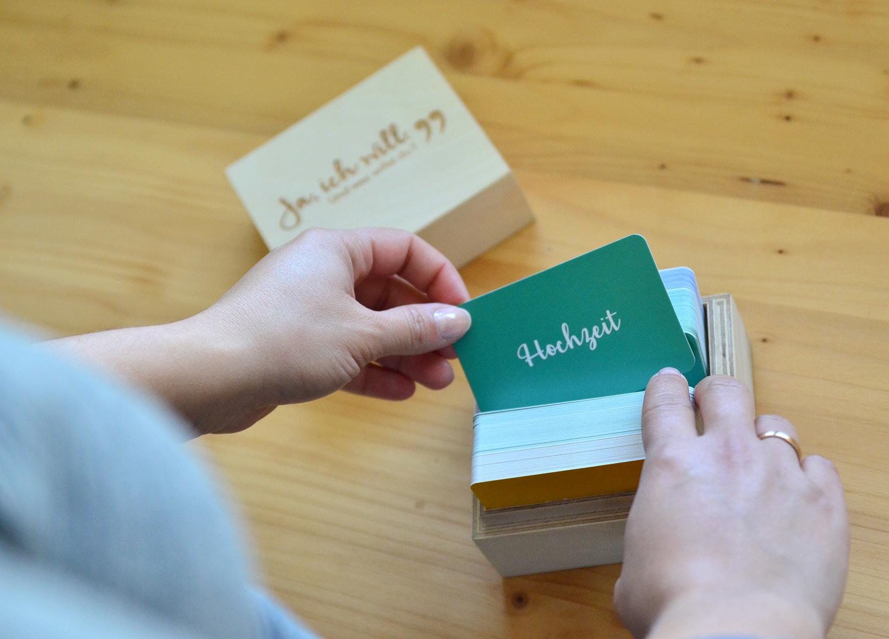 Kommunikationspiel mit Karten in Holzbox