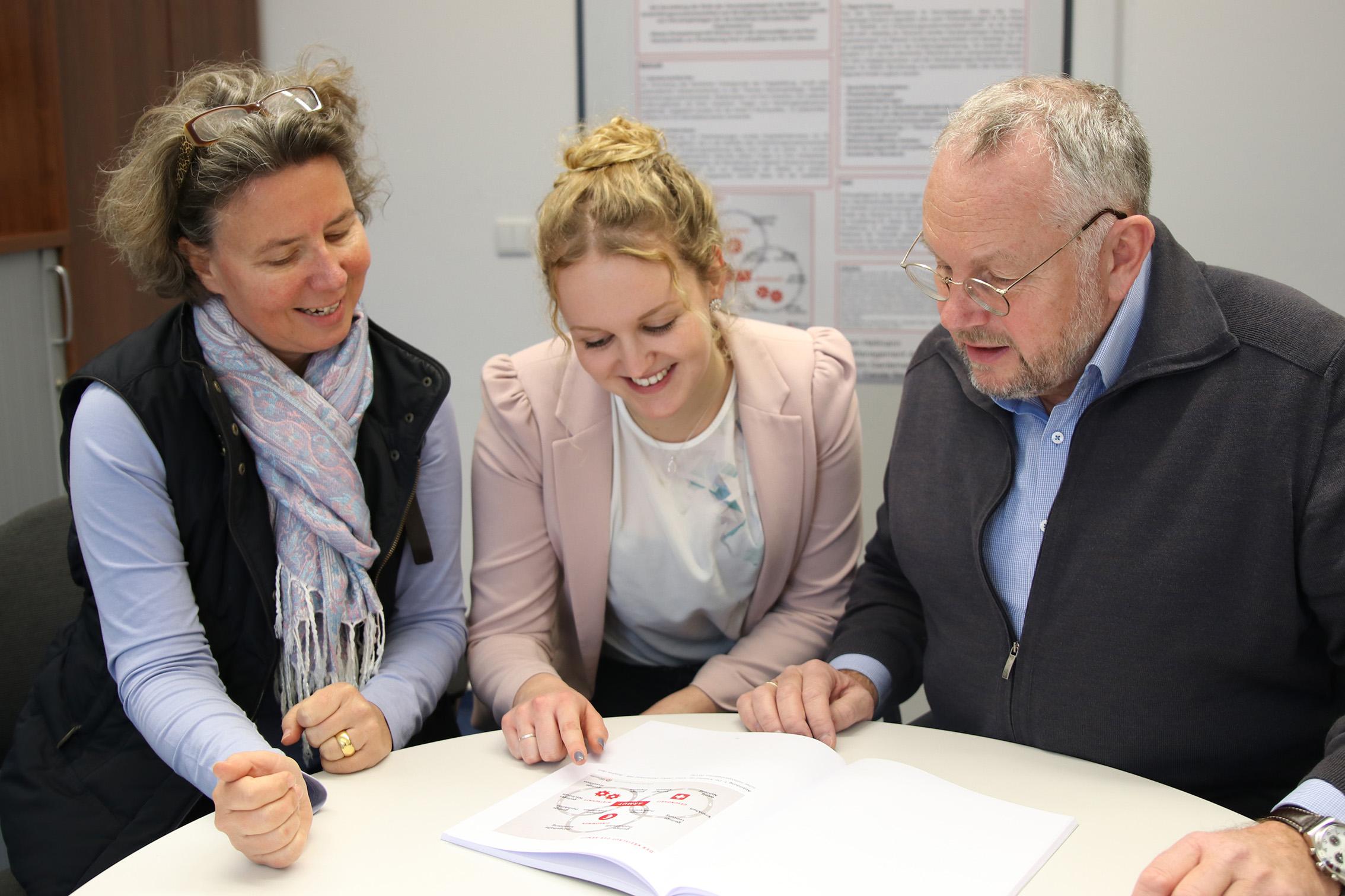 Prof. Dr. Carola Strassner, Absolventin Charleen Hellmann, Prof. Dr. Joachim Gardemann