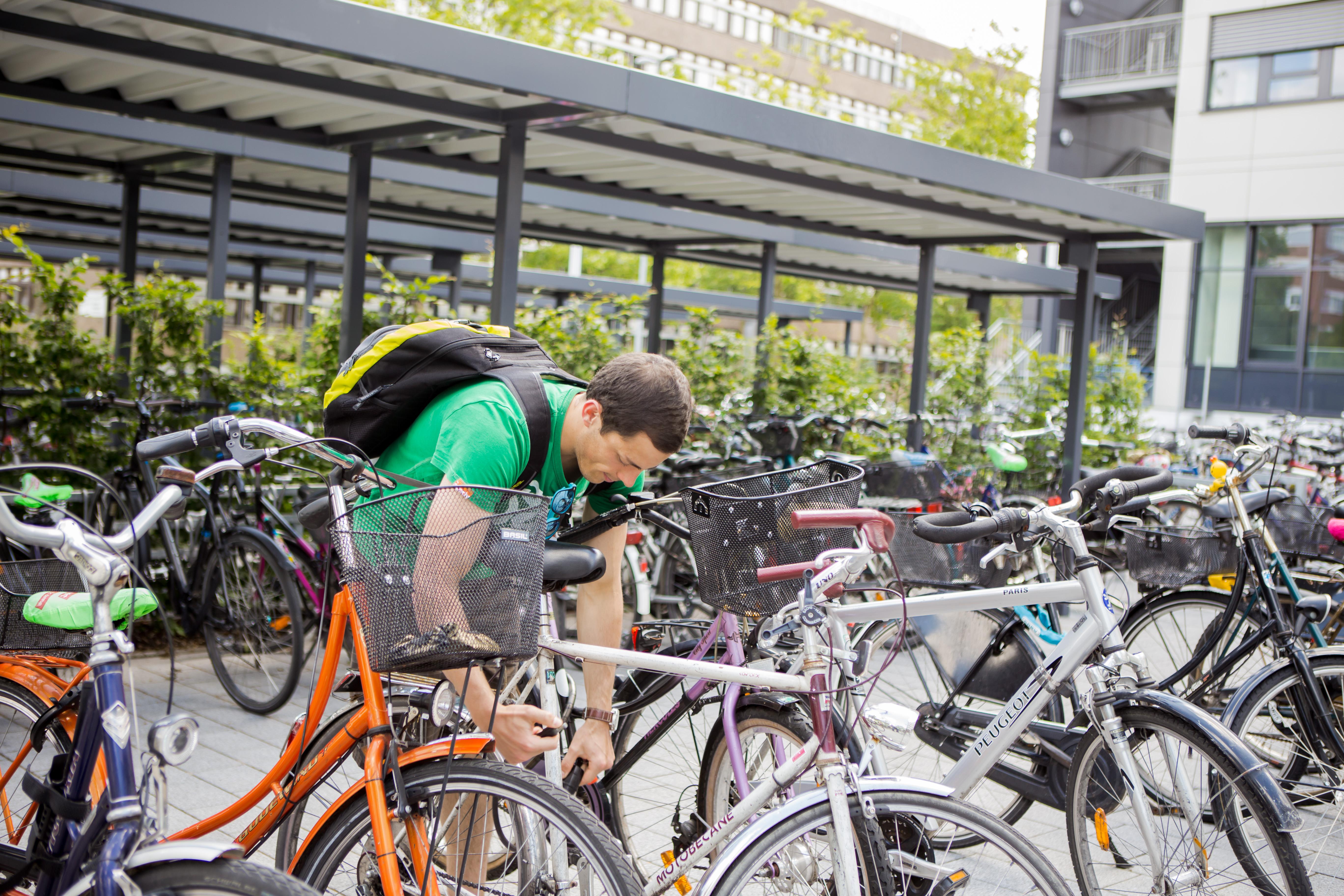 Fahrradfahrer vor Hochschule