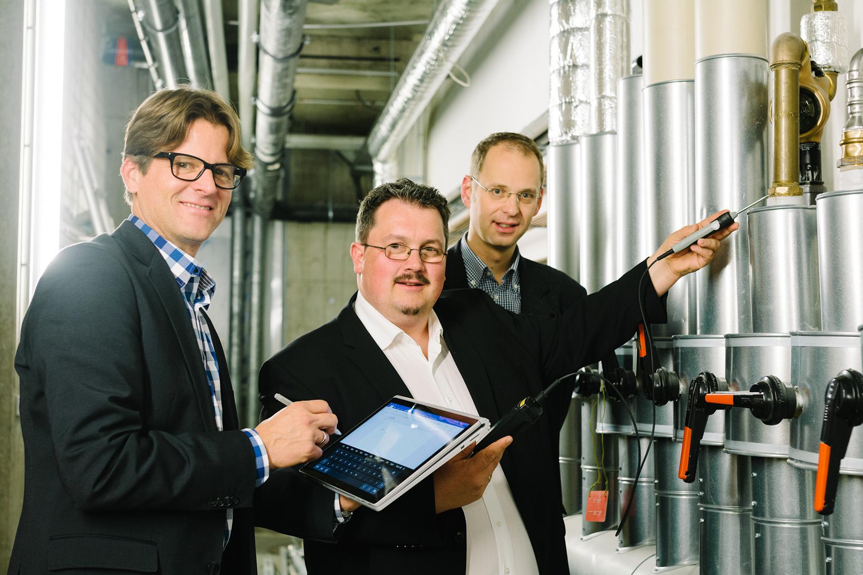 Boris Sarkoski mit Ingenieur Ulrich Doll und Prof. Dr. Carsten Bäcker
