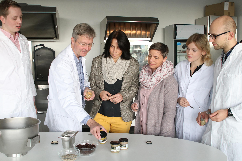 Prof. Dr. Guido Ritter (2. v. l.) und die Studierenden Alexander Gelhaus (l.), Sven Dütting (r.) und Lea Brockhaus (2. v. r.) von der FH Münster haben Ulrike Koberg (3. v. r.) und Patricia Dimitrievik geholfen, ihre Nusspasten zu optimieren.