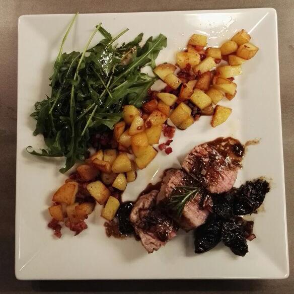 Schweinefilet mit gebackenen Rosmarin-Pflaumen und Speckkartoffeln sowie Rucolasalat