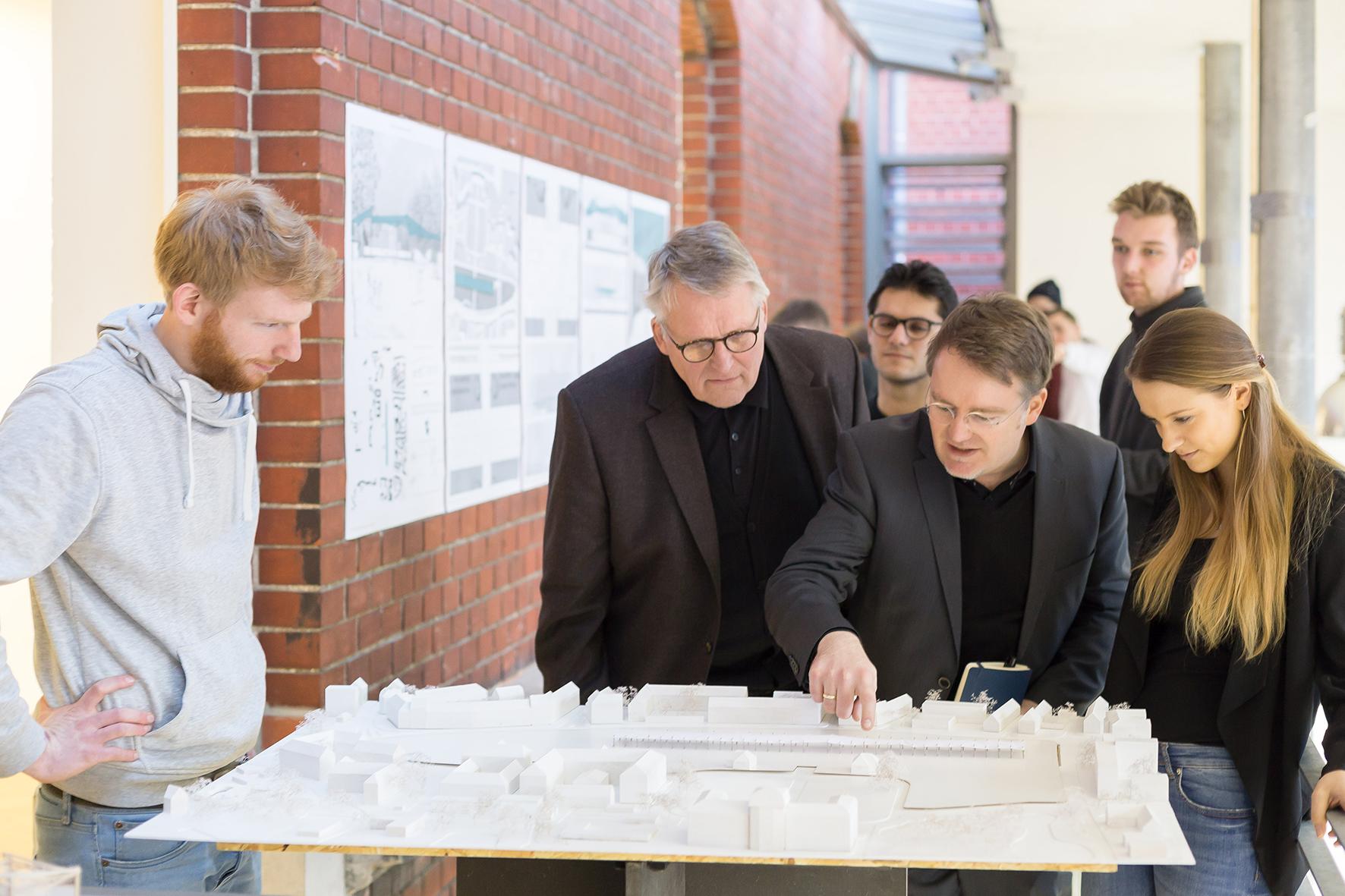 Prof. Dr. Thomas Sternberg, Andreas Schüring und Architekturstudierende