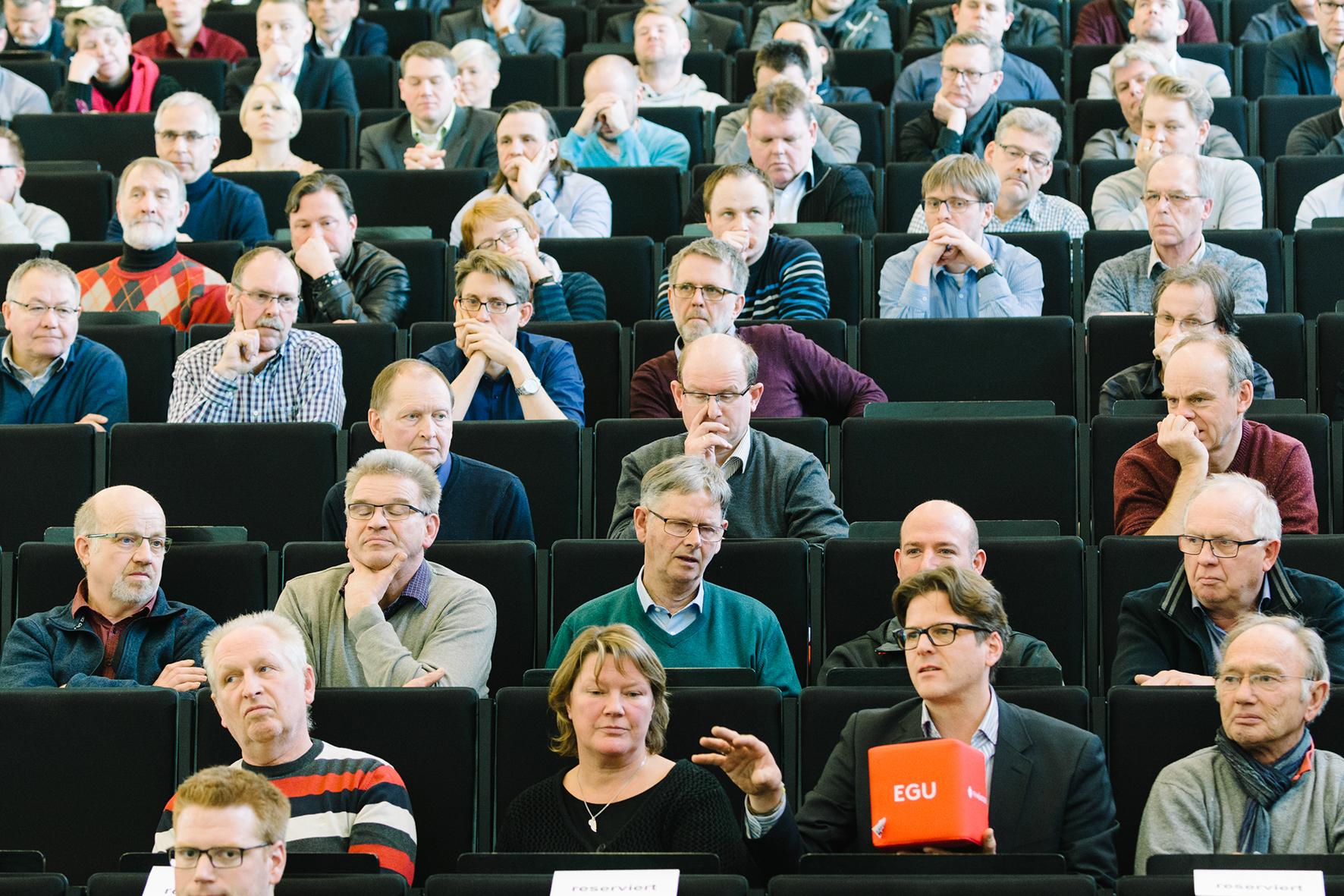 Publikum mit orangenem Mikrofon-Würfel