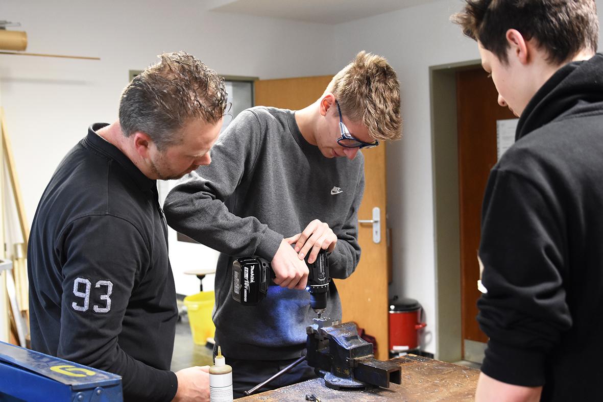 Schüler bearbeiten Metall