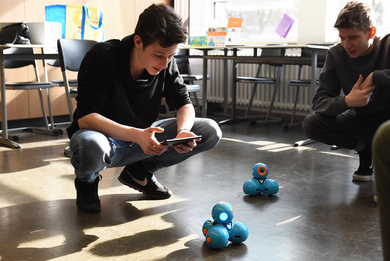 Schüler steuert Roboter