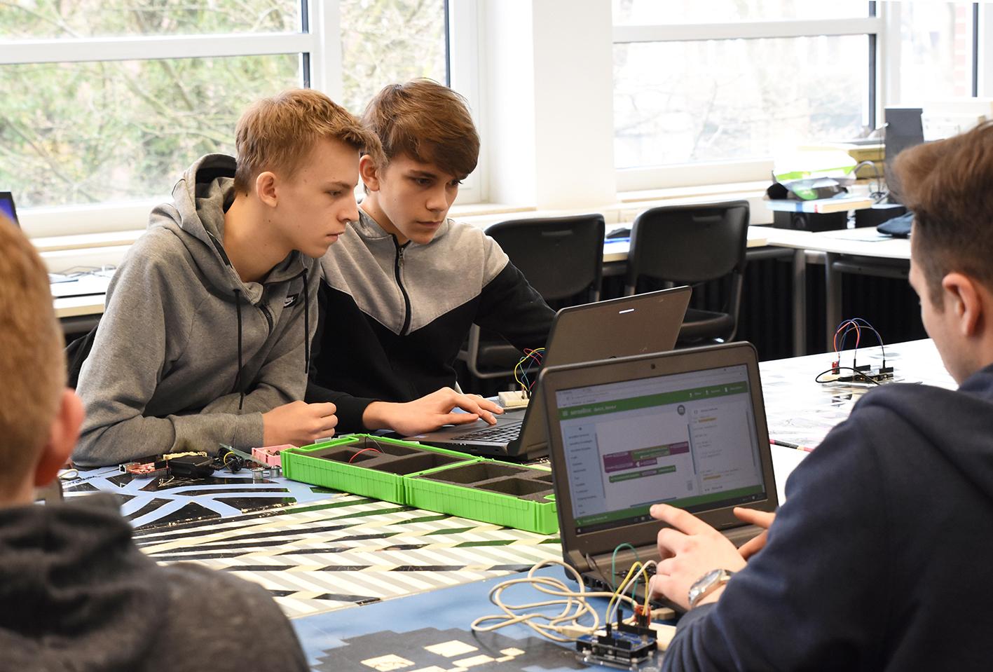 Schüler programmieren am Computer