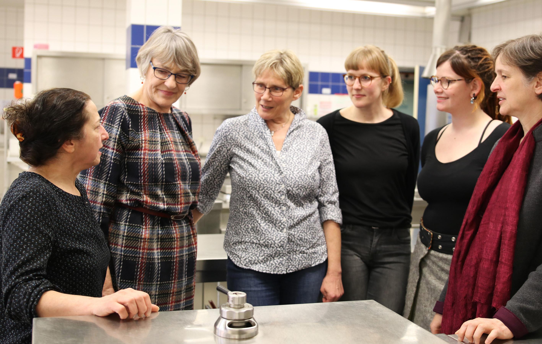 Bei einem Treffen in Rheine haben (v. l.) Nassrin Sabetian und Lisa Reckmann-Bigge vom Mensaverein Rheine ihre Zusammenarbeit in einem Forschungsprojekt mit Prof. Dr. Petra Teitscheid, Jana Weber, Janina Hielscher und Silke Friedrich von der FH Münst
