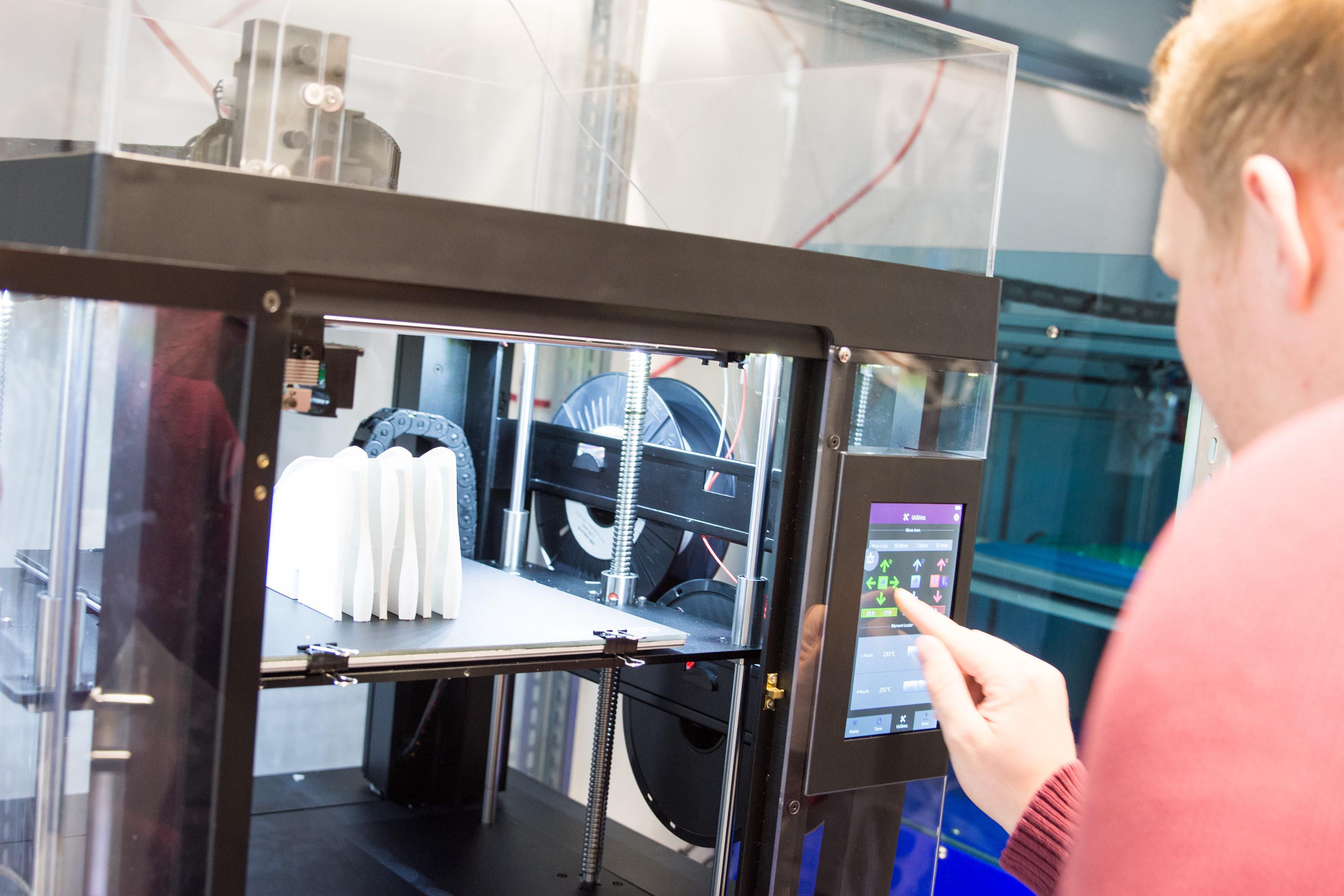 Student programmiert einen 3-D-Drucker