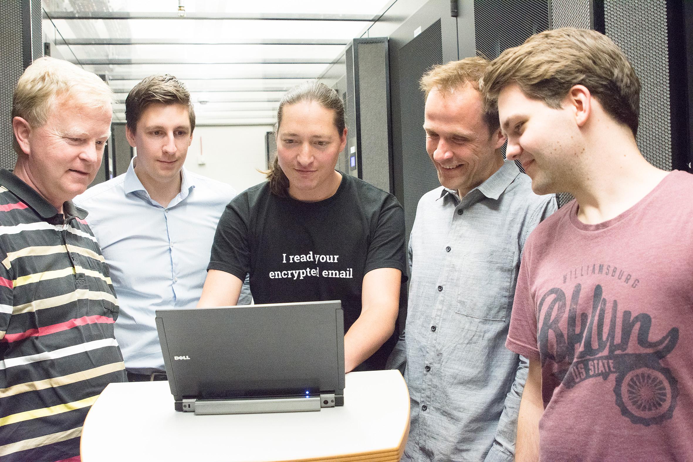 Gruppenbild in einem Serverraum