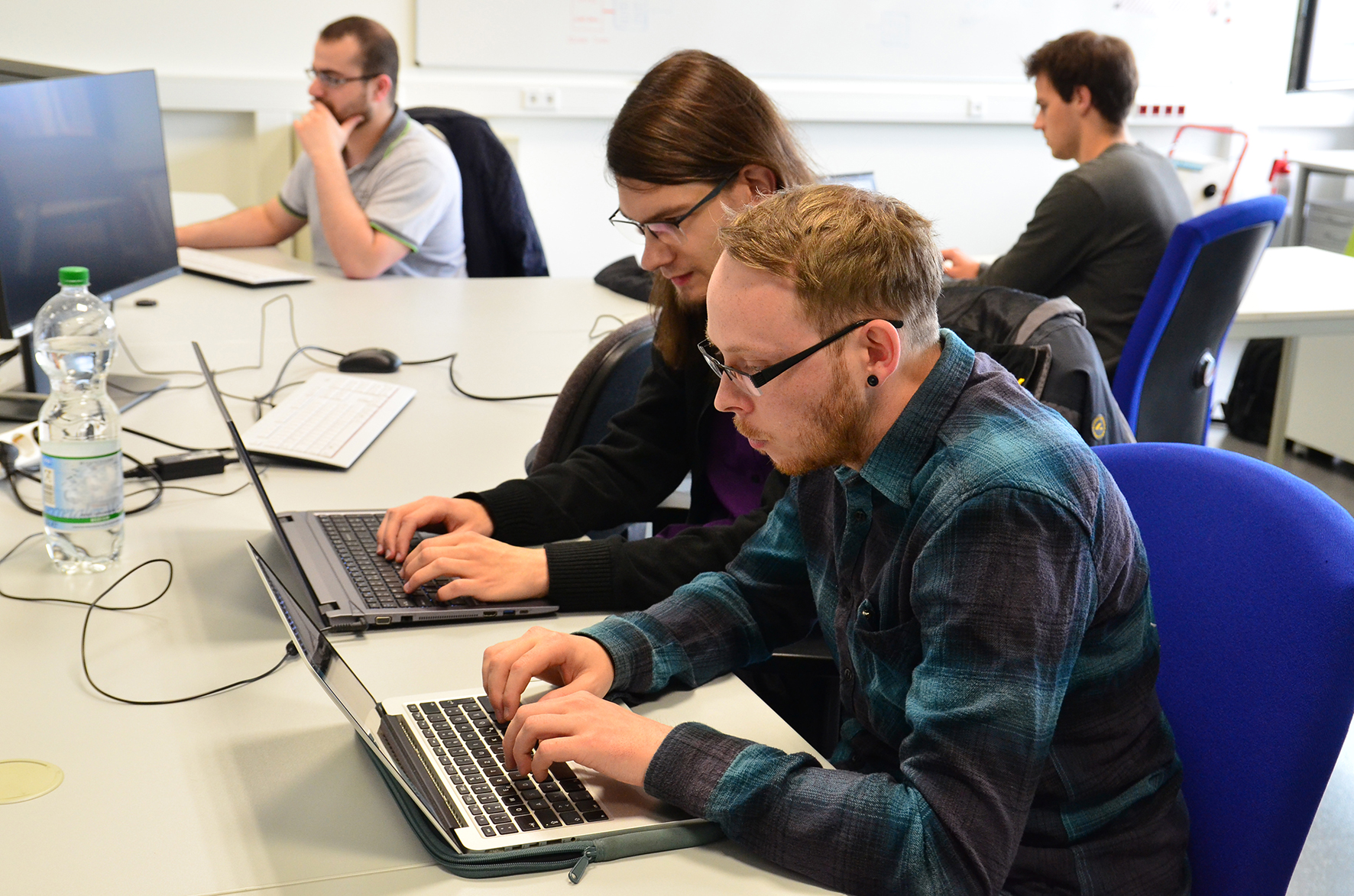 Zwei Studenten vor Laptops