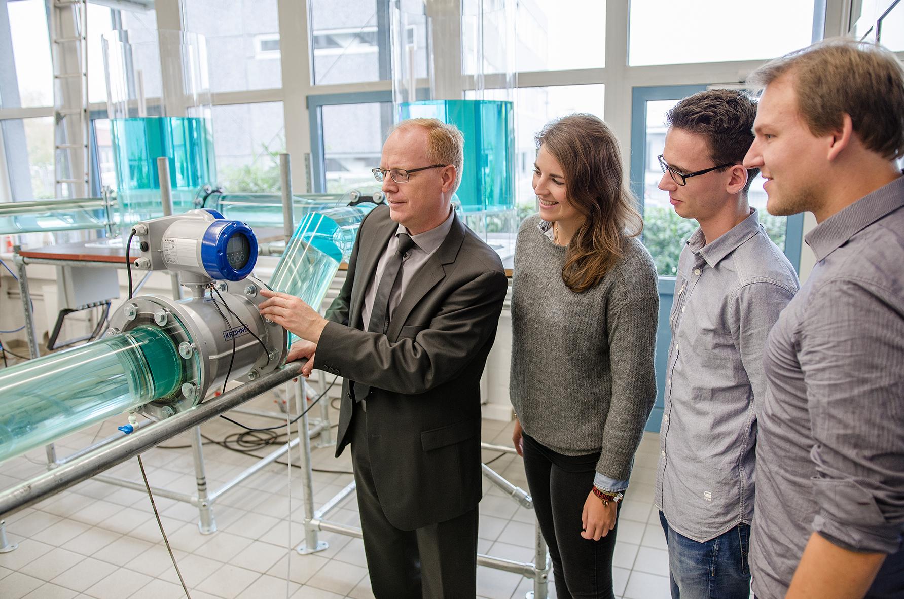 Prof. Dr. Helmut Grüning mit Mitarbeitern vor Messanlage