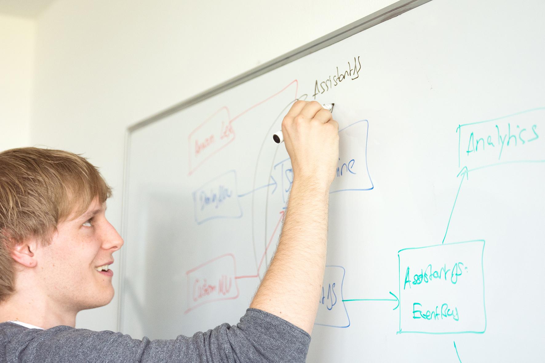 Antonius Ostermann zeichnet an einem Whiteboard