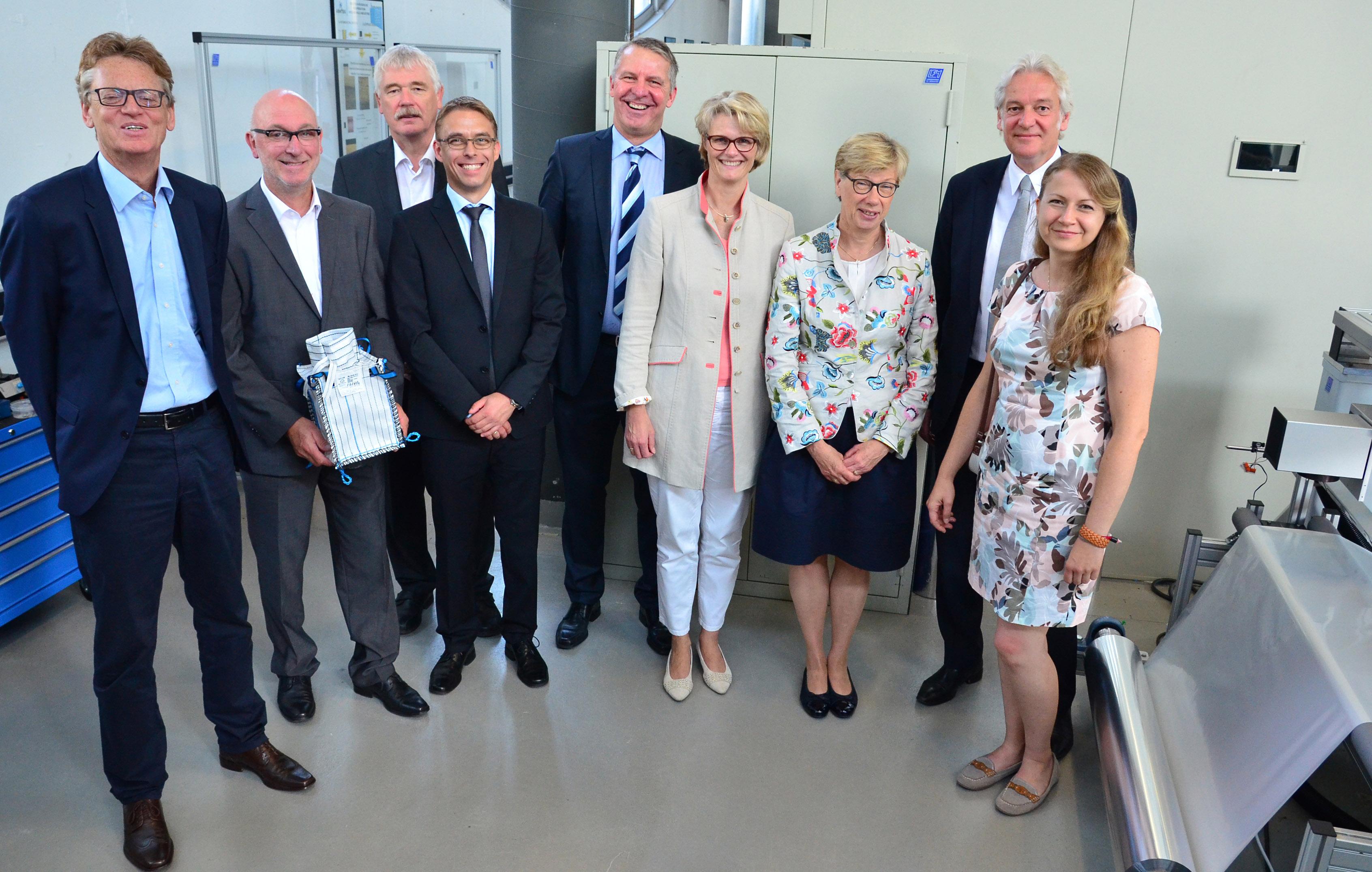 Bundesministerin Anja Karliczek und Präsidentin Prof. Dr. Ute von Lojewski mit weiteren Personen im Laserlabor