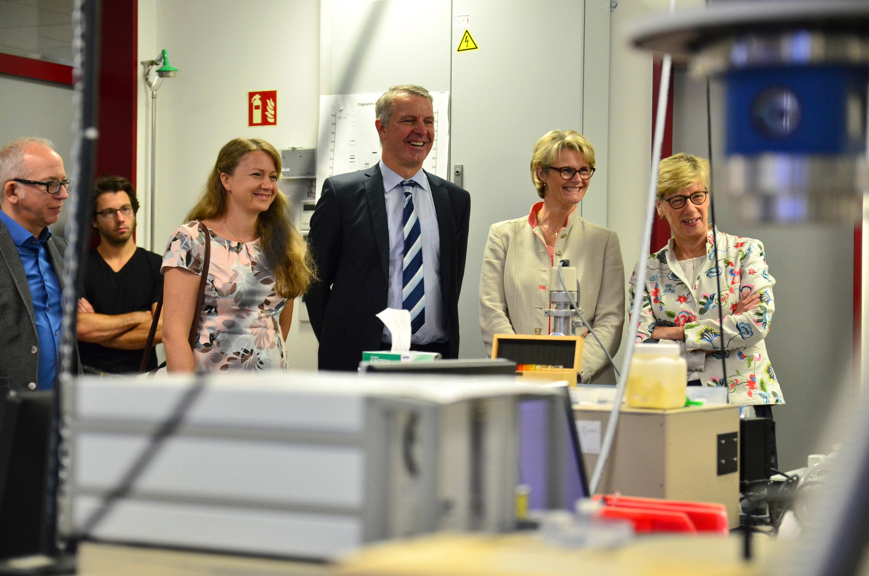 Bundesministerin Anja Karliczek und Präsidentin Prof. Dr. Ute von Lojewski mit weiteren Personen im Chemielabor