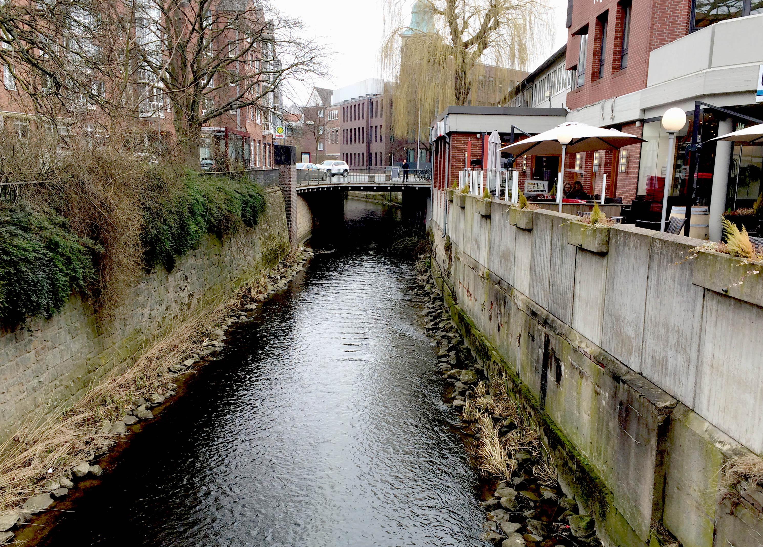 Kleiner Fluss in betoniertem Flussbett