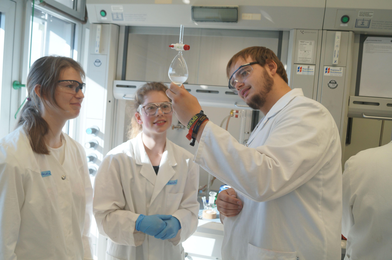 Schülerinnen im Chemielabor