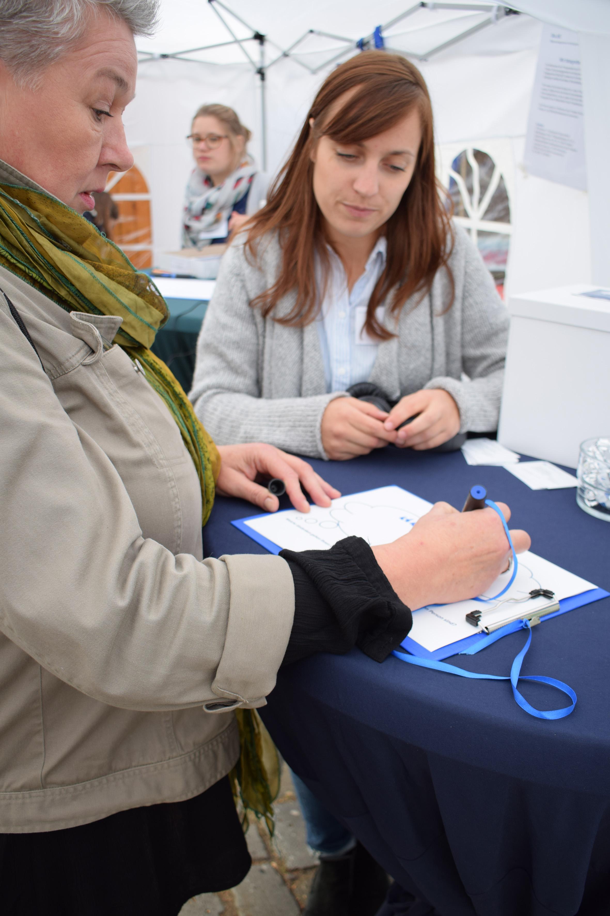 Teilnehmerin beantwortet Fragen