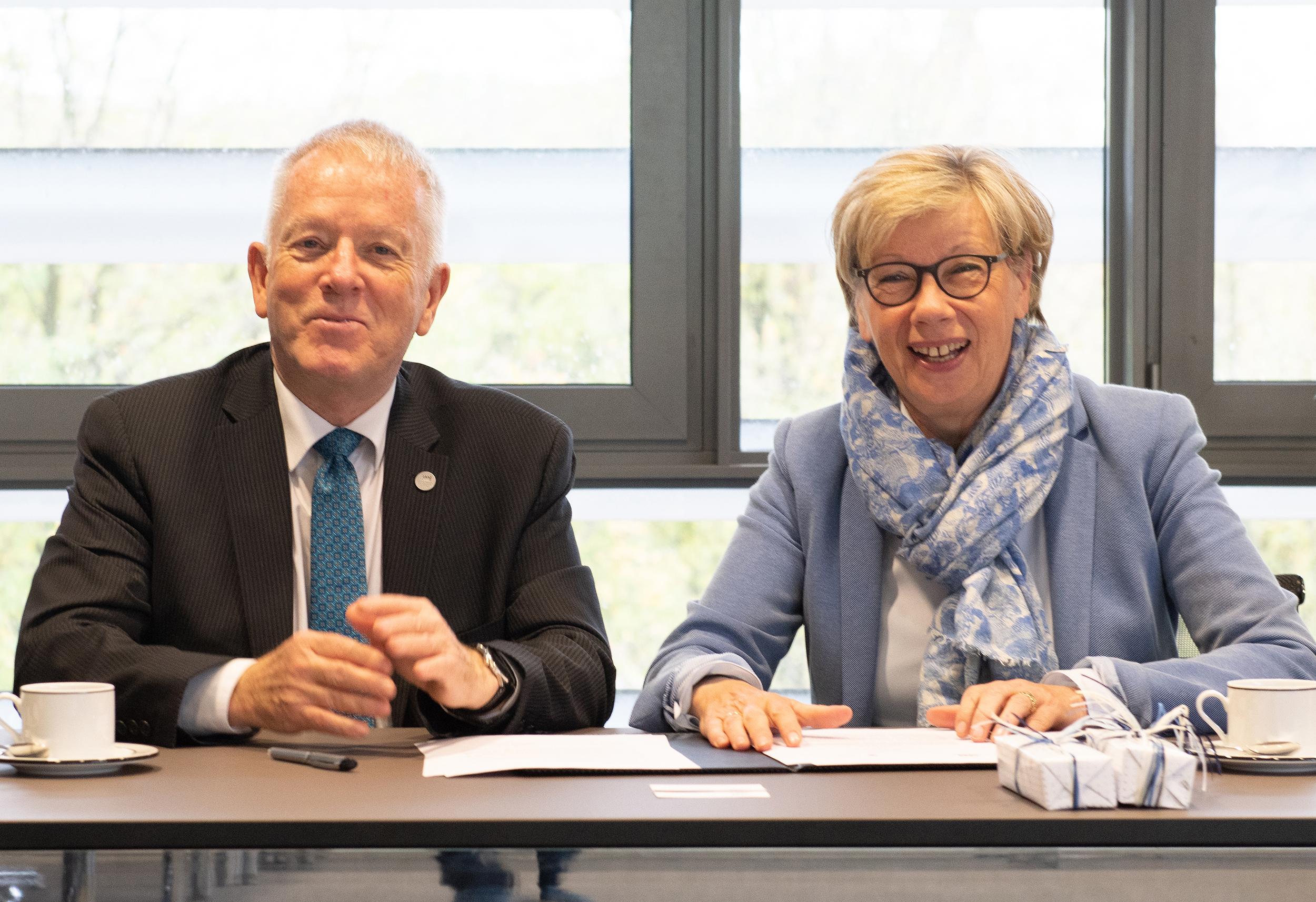 FH-Präsidentin Prof. Dr. Ute von Lojewski und der Präsident der kanadischen Royal Roads University, Allan Cahoon PhD