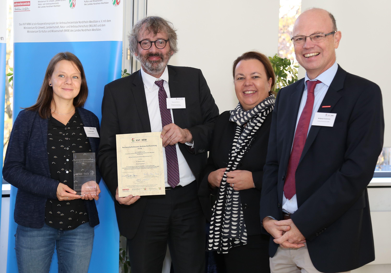 NRW-Verbraucherschutzministerin Ursula Heinen-Esser (3. v. l.) und Thorsten Menne (2. v. l.) vom NRW-Wissenschaftsministerium haben in Düsseldorf den Nachwuchsförderpreis an Dr. Christine Göbel (l.) von der FH Münster verliehen. Verbra