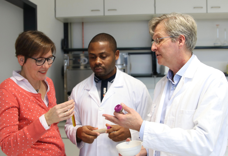 Ute Krützmann und Prof. Dr. Guido Ritter von der FH Münster begleiten den kamerunischen Gastwissenschaftler Bernard Tiencheu.