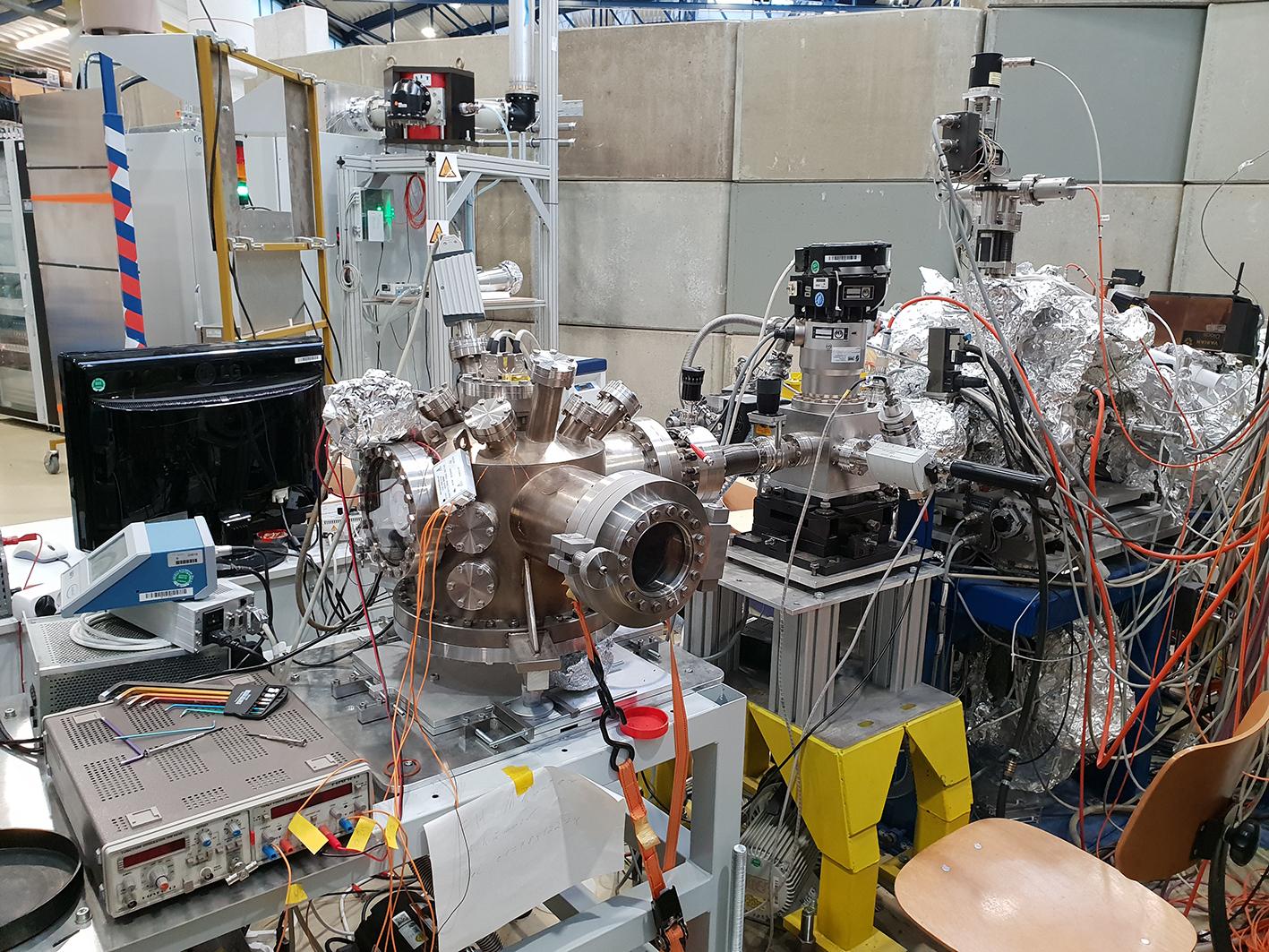 Mikroskop, Kabel, Computer, mit Alufolie umwickelte Leiter