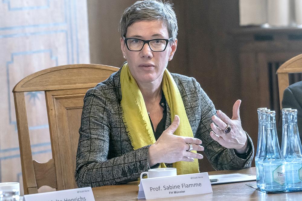 Prof. Dr. Sabine Flamme erklärt Stoffströme.