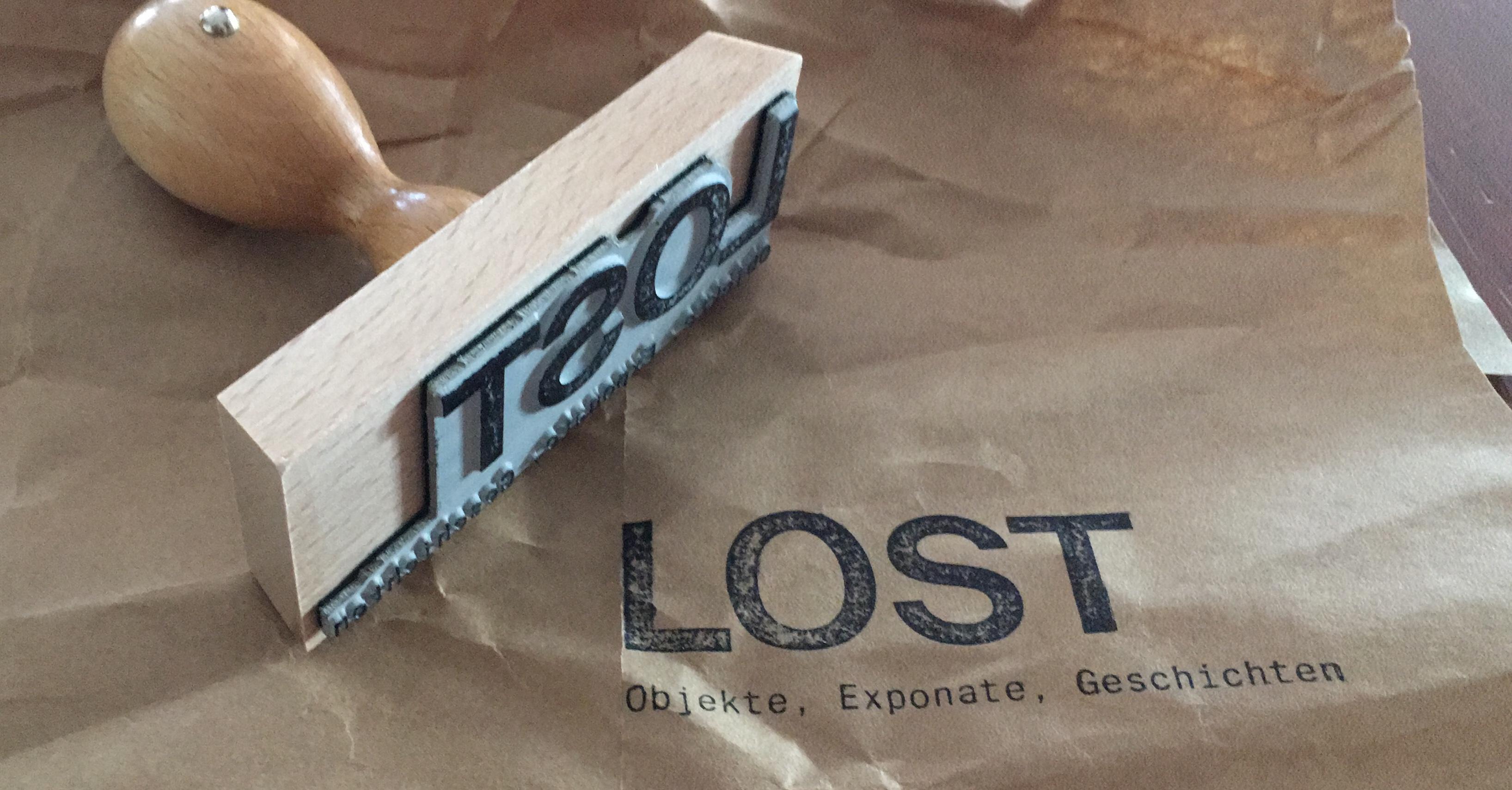 Stempel mit der Aufschrift LOST auf Packpapier