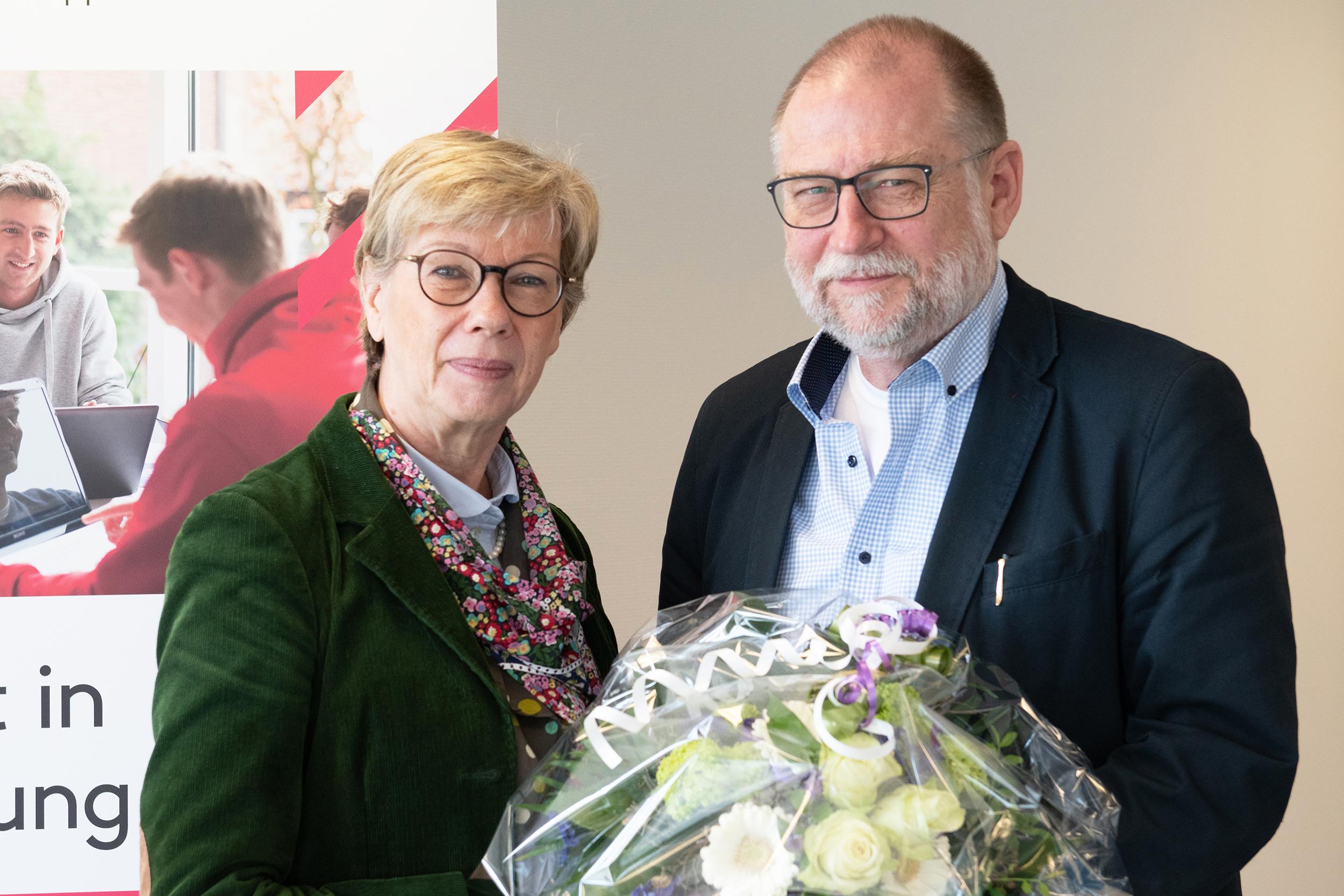 FH-Präsidentin Prof. Dr. Ute von Lojewski gratuliert dem Jubilar Prof. Dr. Horst Blatt.