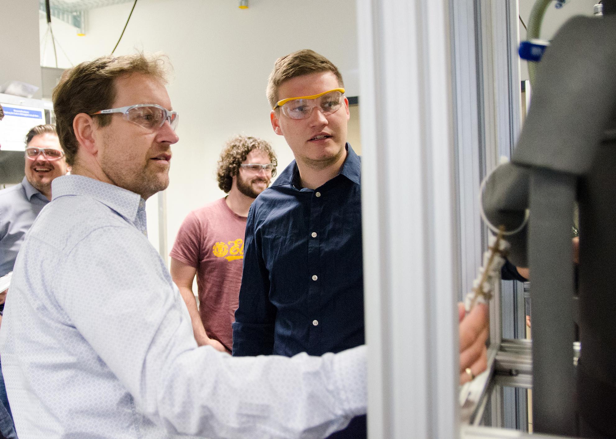 Zwei Projektpartner am Reaktor