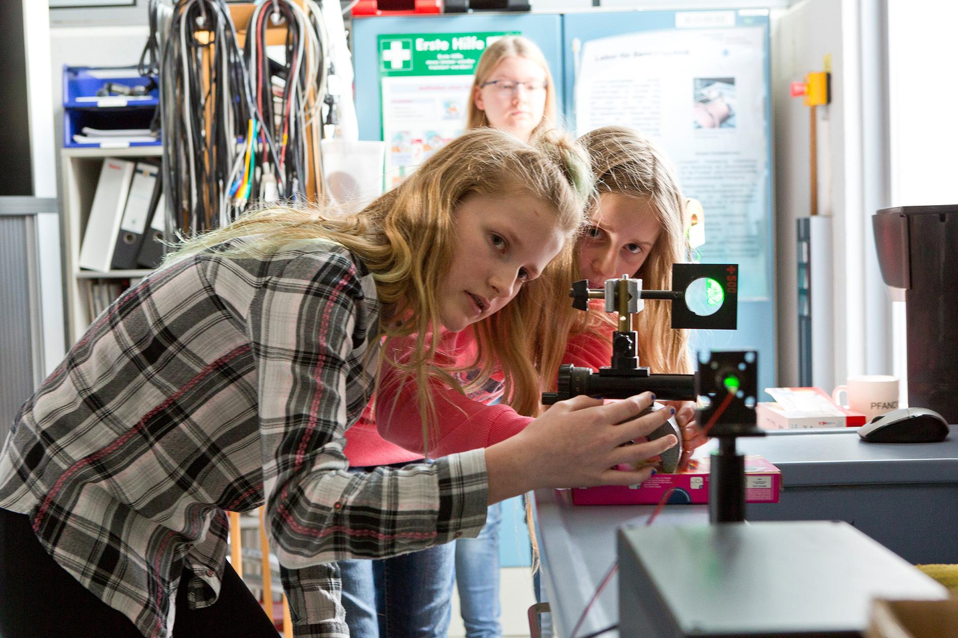 Schülerinnen richten Laser aus