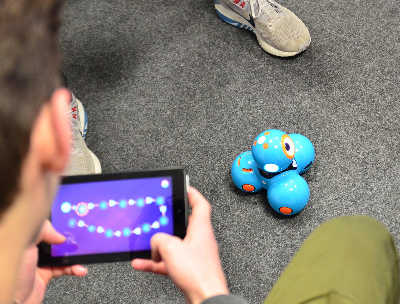 Schüler programmiert Roboter Dash