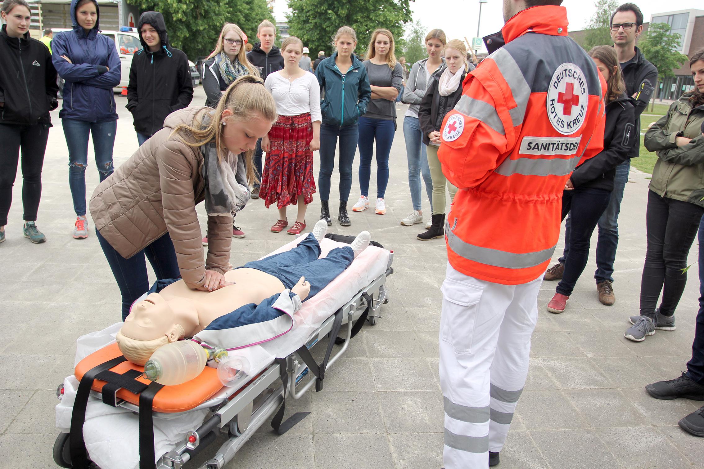 Herzmassage an einem Dummy bei der Praxisübung Humanitäre Hilfe