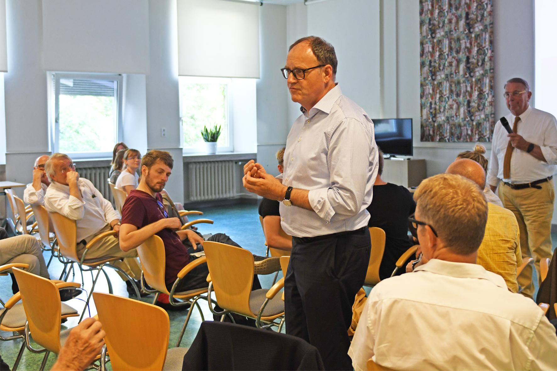 Dr. Wolfgang Clasen und Teilnehmer der Veranstaltung