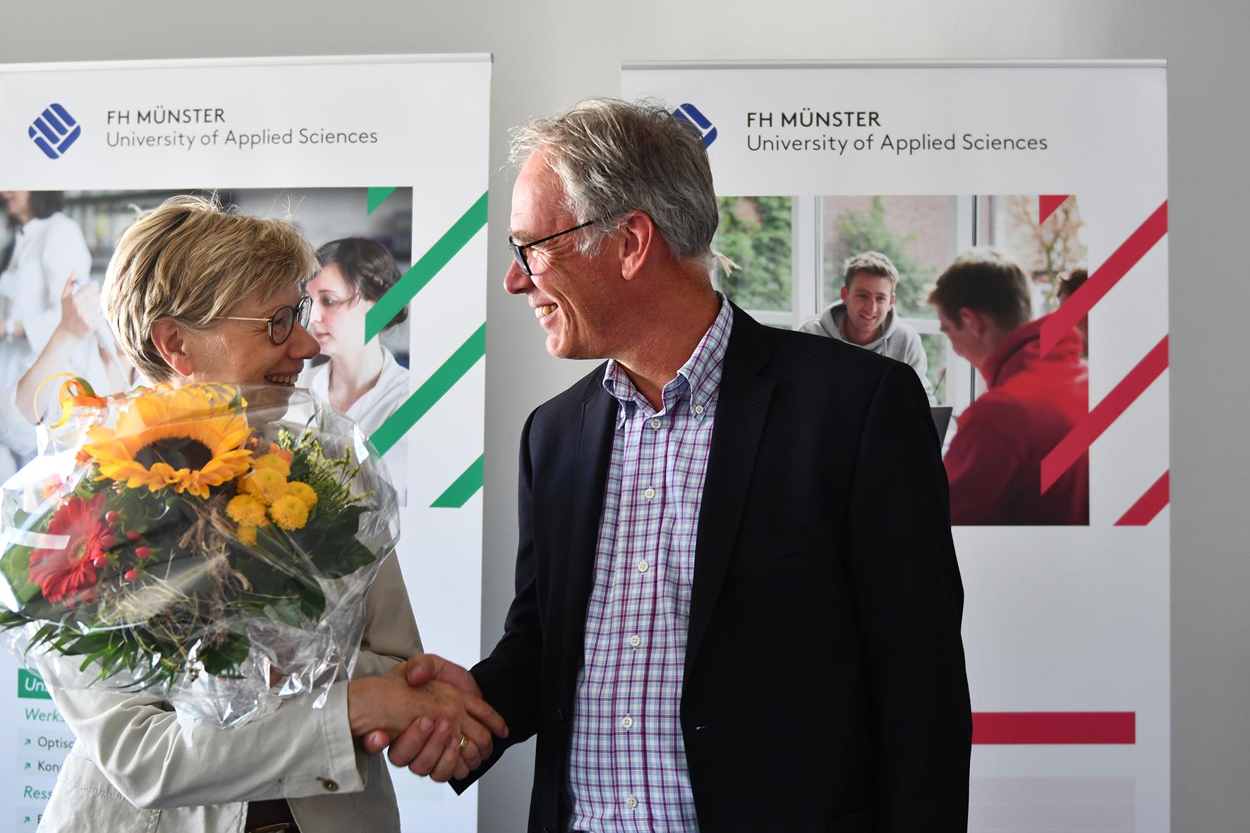 Prof. Dr. Ute von Lojewski gratuliert Prof. Dr. Dirk Kiso