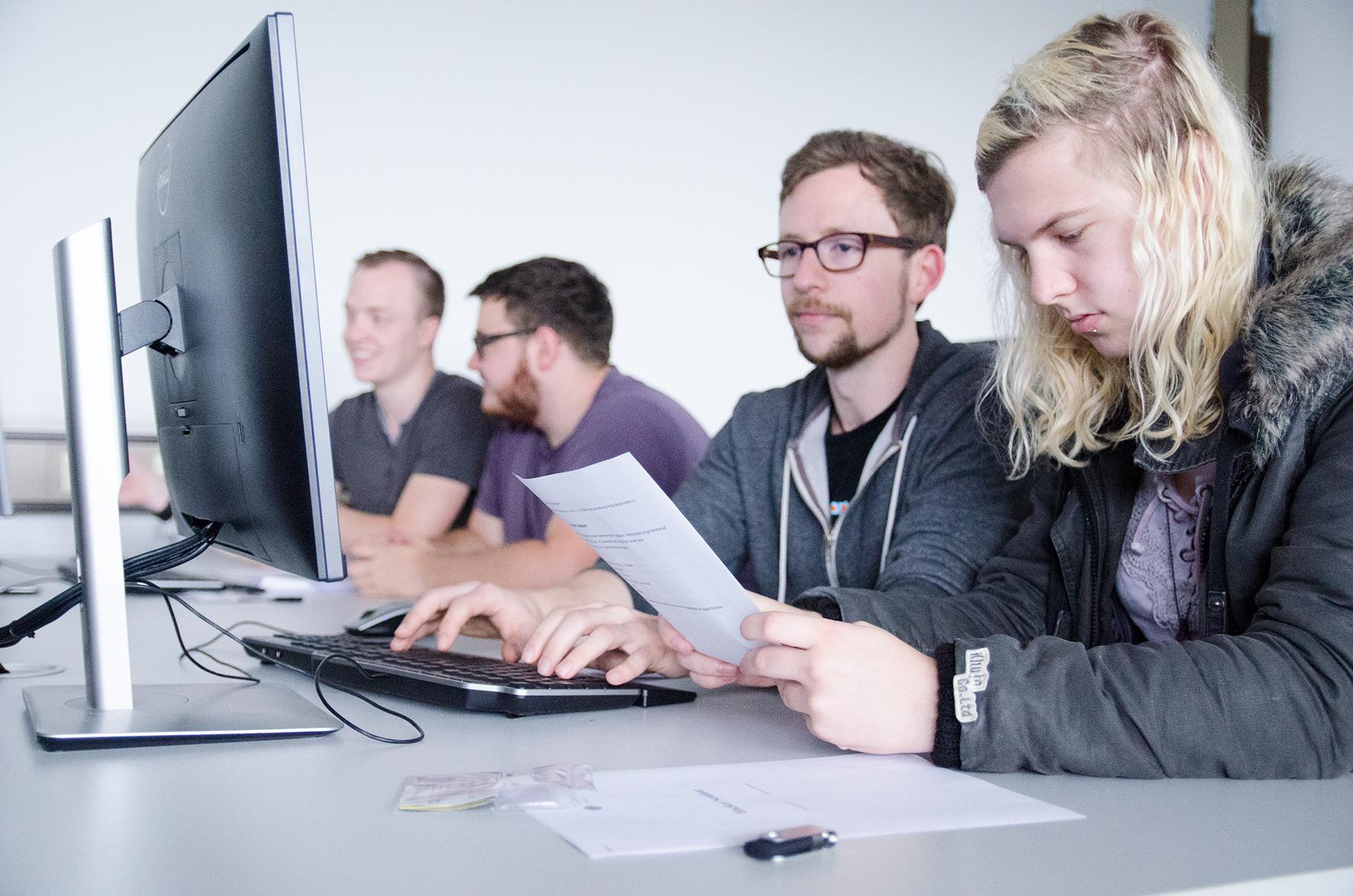 Schülerinnen und Schüler am PC