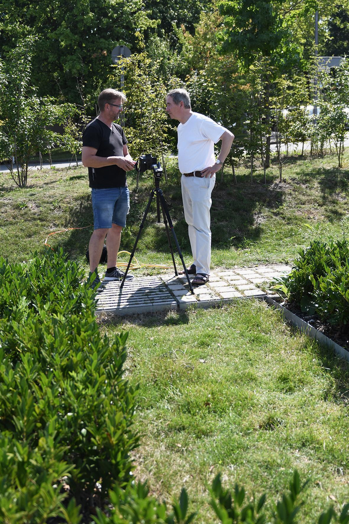 Reinhold Henrichmann und Prof. Dr. Mathias Uhl mit Messaufbau und Kamera an einer Versickerungskuhle