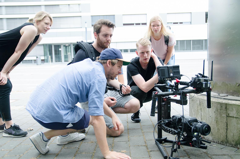 Filmcrew berät sich mit Blick aufs Display