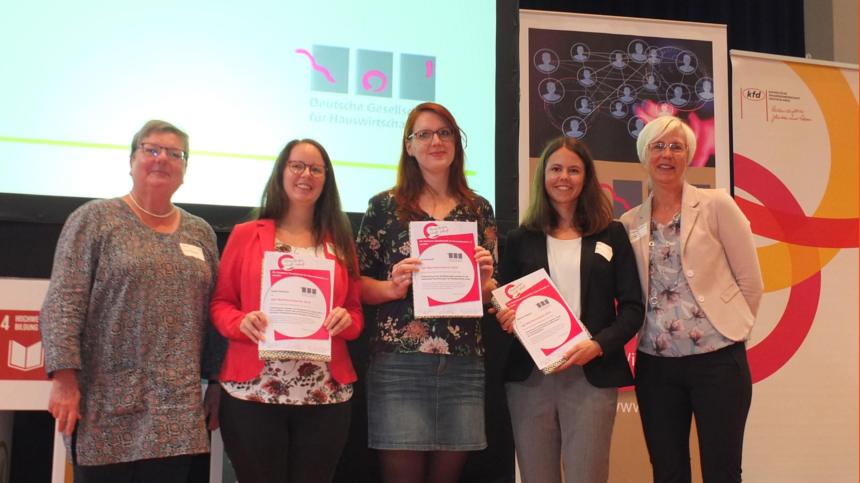 Bei der Verleihung des Nachwuchspreises der Deutschen Gesellschaft für Hauswirtschaft steht Ina Kerkhoff in der Reihe der Ausgezeichneten.