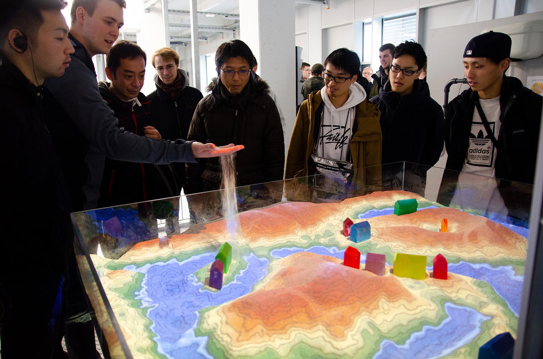 Studierende an der Augmented-Reality-Sandbox